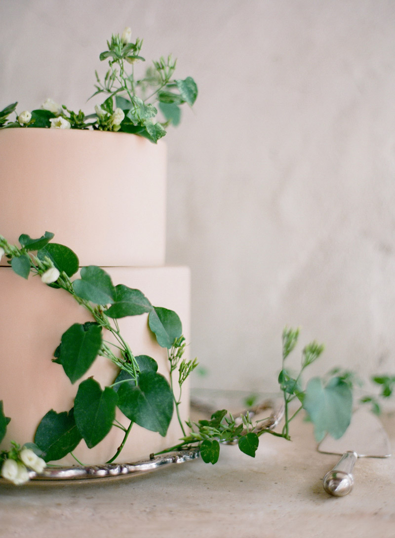 wedding-cake-with-garland